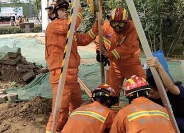 烟台消防员用救援2019最火爆的棋牌平台救出污水井清理工人